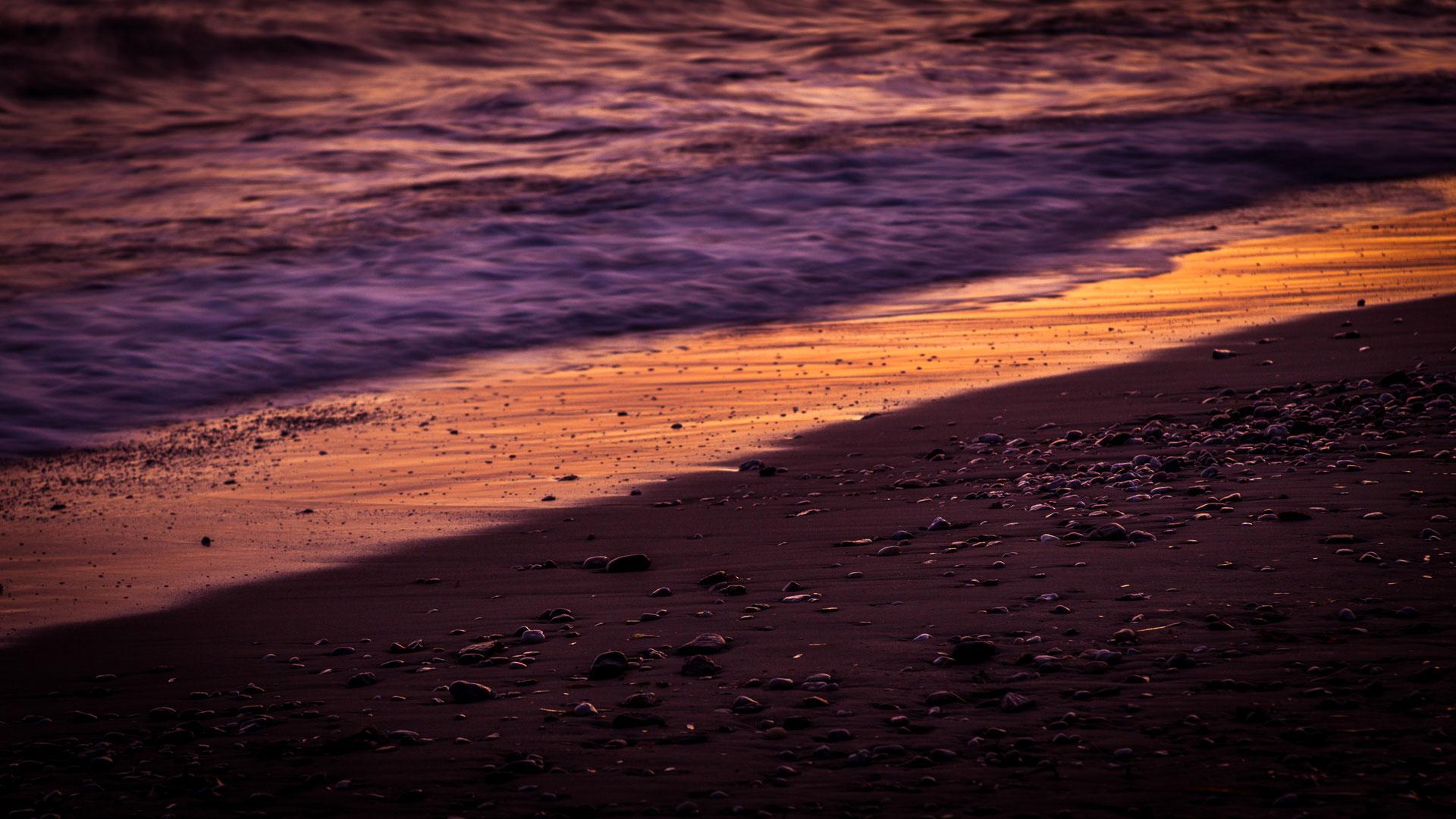 Ecume de vague sur la plage du Rayol-Canadel au couché du soleil